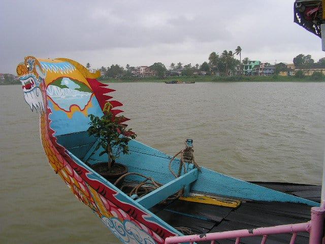 Корабчета с глави на дракони сноват по Ароматната река. Снимка: Къдринка Къдринова