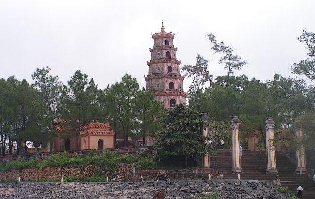 Седеметажната пагода Тхиен Му край Хюе. Снимка: Къдринка Къдринова