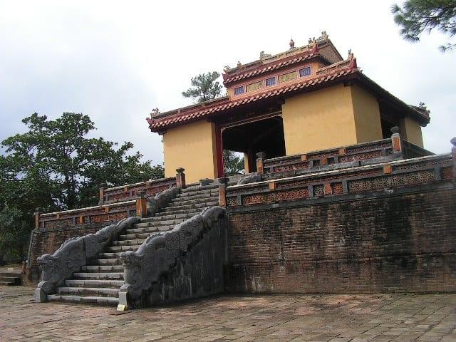 Императорските мавзолеи край Хюе са много различни. Ето как изглежда един от тях. Снимка: Къдринка Къдрнова