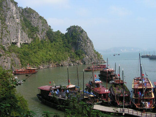 Край един от островите на Ха Лонг, в чиято утроба се крие красива пещера, има пристанище за круизните корабчета. Снимка: Къдринка Къдринова