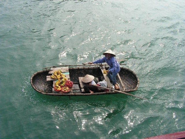 Пъргави търговски предлагат плодове на туристите от малките си лодки, с които обикалят корабчетата в Ха Лонг. Снимка: Къдринка Къдринова