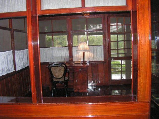 Кабинетът на Хо Ши Мин в скромната му къщичка. СНимка: Къдринка Къдринова