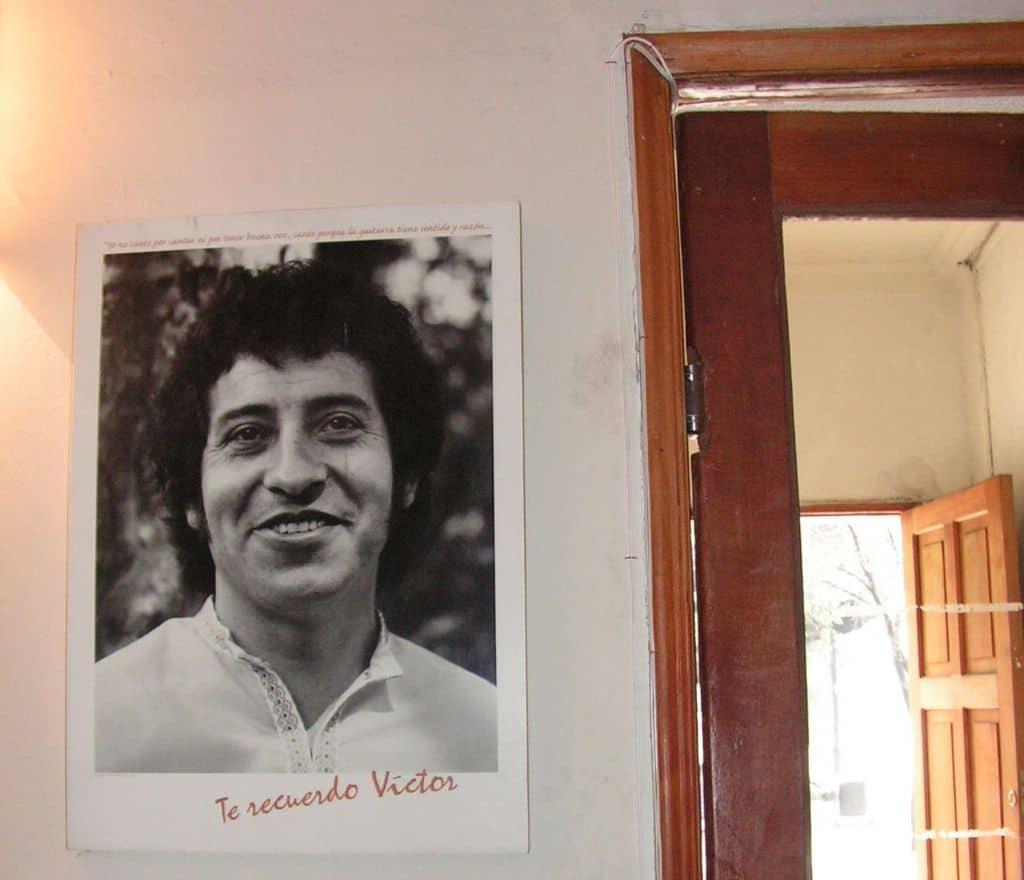 """""""Помня те Виктор"""" беше написала Джоан през 2005 г. на тази снимка на мъжа си, закачена до изхода от Фондация """"Виктор Хаора"""". Така всеки гост там отнасяше и този спомен със себе си... Снимка: Къдринка Къдринова"""