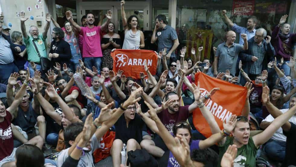Активисти на младежката левичарска организация Arran демонстрират в Барселона. Снимка: EFE