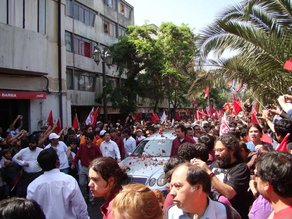 Момент от шествието из Сантяго при препогребването на Виктор Хара през 2009 г. Снимка: El Siglo