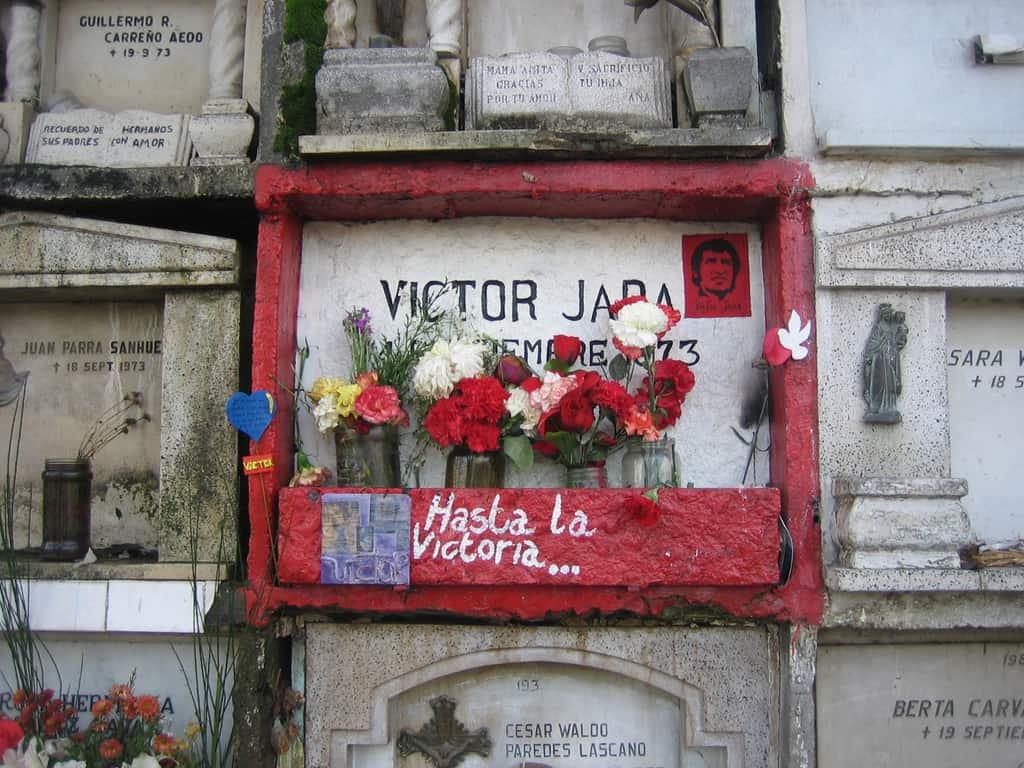 """В тази скромна ниша на Централното гробище в Сантяго Виктор Хара остава погребан през дългите години на диктатурата и до името му никога не липсват цветя. Снимка: Фондация """"Виктор Хара"""""""
