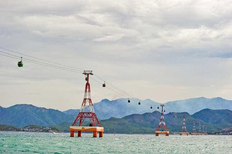 Най-дългата в света въжена линия над морско пространство отвежда туристите от Ня Чан на райския остров Хон Че с неговия екологичен петзвезден хотелски комплекс, хармонично вписан в природата. Така изглежда въжената линия денем.