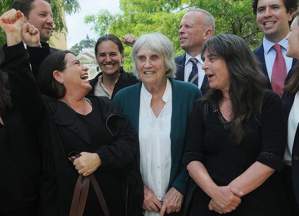 Джоан с дъщерите си Аманда (вляво) и Мануела, както и с техни американски адвокати и приятели, при получаването на вестта, че убиецът на Виктор е осъден. Снимка: El Siglo