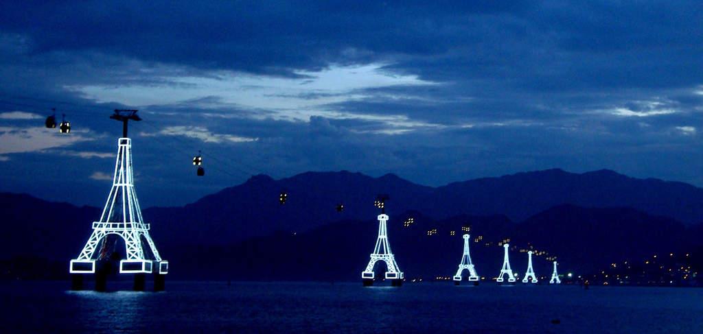 ...а така същата въжена линия изглежда нощем. Осветлението подарява гледка от поредица посестрими на Айфеловата кула