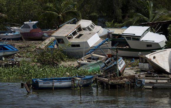 """Стихията изхвърли на брега рибарските лодки в Кохимар–градчето, от което е излизал на риболов Хемингуей и откъдето е родом прототипът на героя му от """"Старецът и морето"""". Снимка: Cubadebate"""