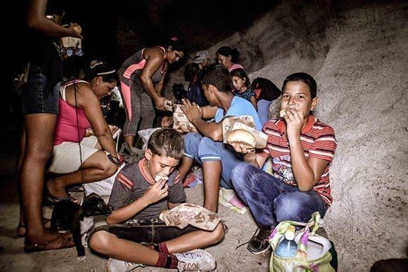В Сиего де Авила евакуираните бяха подслонени в пещерата Хибара, докато премине стихията. На всички бе осигурена и раздадена безплатна храна. Снимка: Cubadebate
