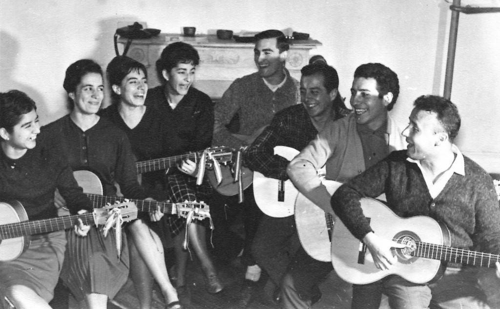 """Виктор Хара (вторият отдясно) като изпълнител във фолклорния състав """"Кункумен"""". Именно в този състав той за първи път се изявява и като солов изпълнител. СНимка: Фондация """"Виктор Хара"""""""
