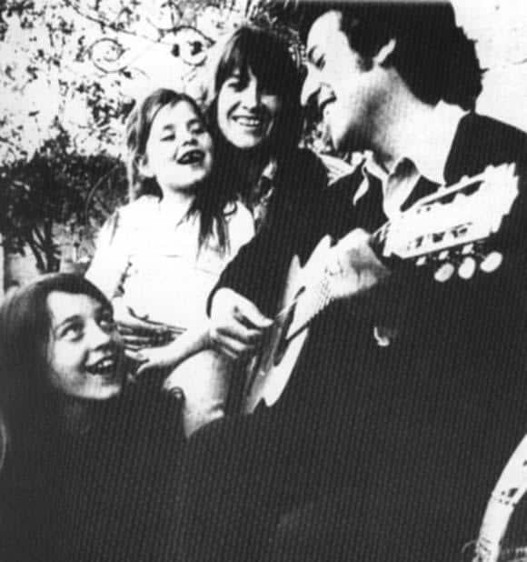 """В щастливите семеяйни години с Джоан и дъщеричките Мануела и Аманда. Снимка: Фондация """"Виктор Хара"""
