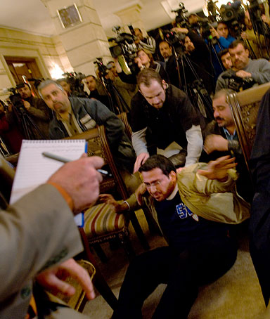 Охраната вече е съборила журналиста на пода. Снимка: Youtube
