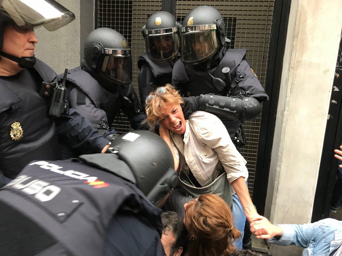 Една от многото сцени на полицейско насилие по време на незаконния референдум в Каталуня на 1 октомври. Снимка: Туитър