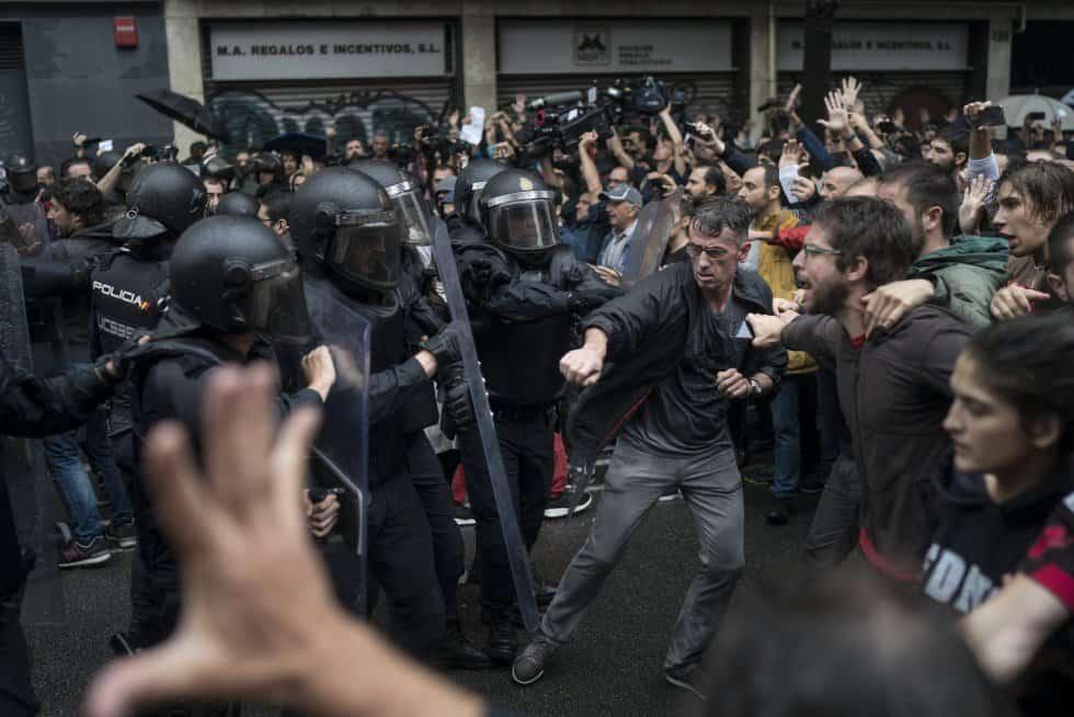 Желаещите да гласуват бяха разгневени от агресивността на полицията. Снимка: EFE