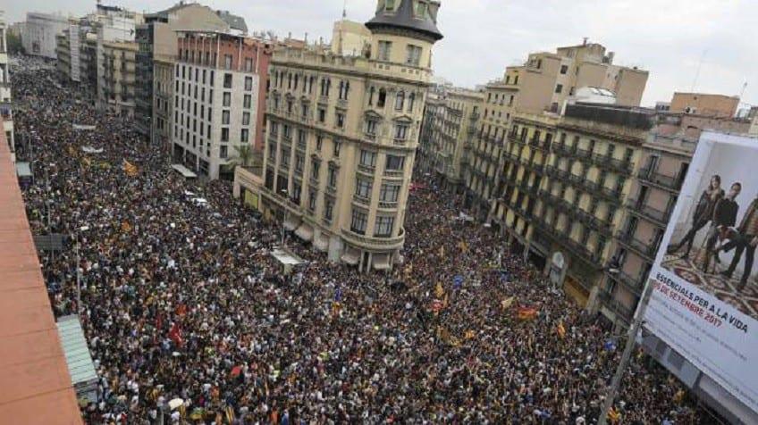 Така изглеждаше днес центърът на Барселона, залят от стачкуващи срещу полицейското насилие хора. Снимка: El Pais