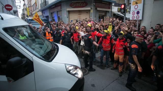 Граждани и пожарникари протестират пред каталунски хотел срещу настанени в него командировани полицаи от други части на Испания. Снимка: El Pais