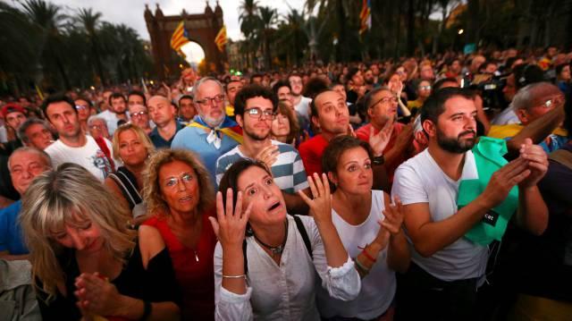 30-хилядното множество пред парламента в Барселона бе потресено от обрата в речта на Пучдемон. Снимка: El Pais