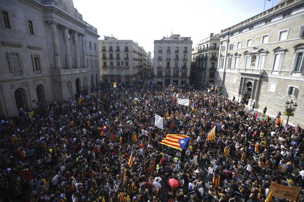 Масова демонстрация на привърженици на независимостта изпълни площада пред правителствения дворец в Барселона. Снимка: El Pais