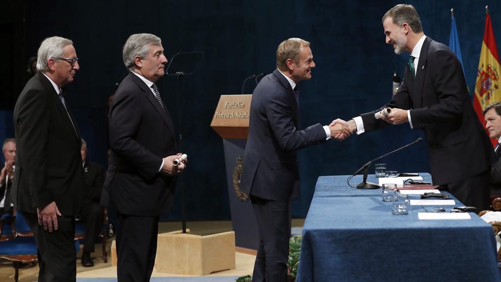 Жан-Клод Юнкер, Антонио Таяни и Доналд Туск (отляво надясно) получават един по един Наградата на разбирателството за ЕС от испанския крал Фелипе Шести на церемония в Овиедо на 20 октомври. Снимка: La Vanguardia