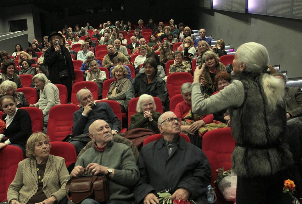 """Емилия Радева (в гръб) и Татяна Лолова (права сред публиката) зарадваха зрителите в кино """"Одеон"""" с импровизиран шеговит диалог. Снимка: Къдринка Къдринова"""