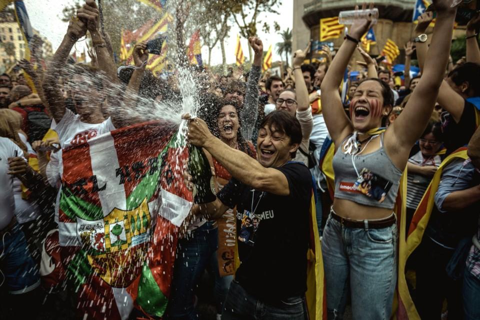 Шампанското щедро се пръскаше по улиците на Барселона след провъзгласяването на независима каталунска република. Снимка: Diario Jornada