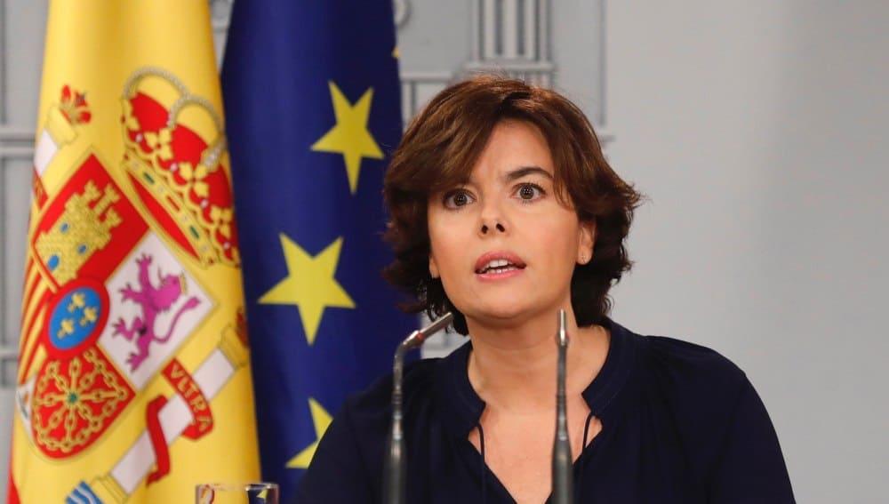 """Испаснката вицепремиерка Сорая Саенс де Сантамария по време на изявленията си от правителствения дворец """"Монклоа"""" в Мадрид. Снимка: EFE"""
