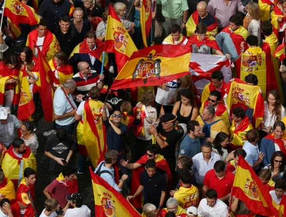 Флагове със стария франкистки герб (в центъра на снимката) също се вяха на шествията на интегристите в събота. Снимка: Туитър
