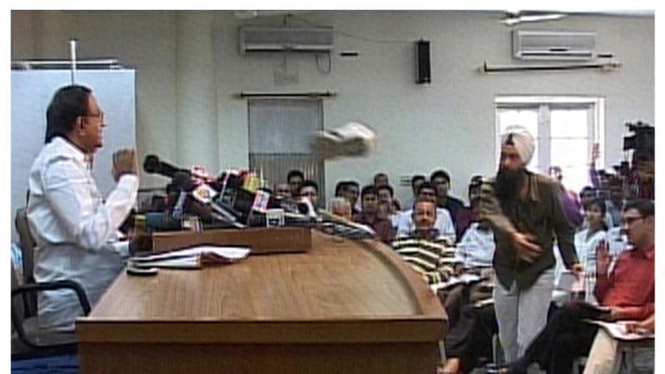 Многобройни последователи на Мунтазар в различни краища на света следват неговия пример–като този индийски журналист, замерил с обувка министър в Делхи. Снимка: ANI TV
