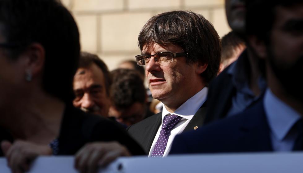 Ръководителят на каталунската автономия Карлес Пучдемон по време на вчерашния протест в Барселона срещу ареста на двама водачи на движението за каталунска независимост. Снимка: La Vanguardia