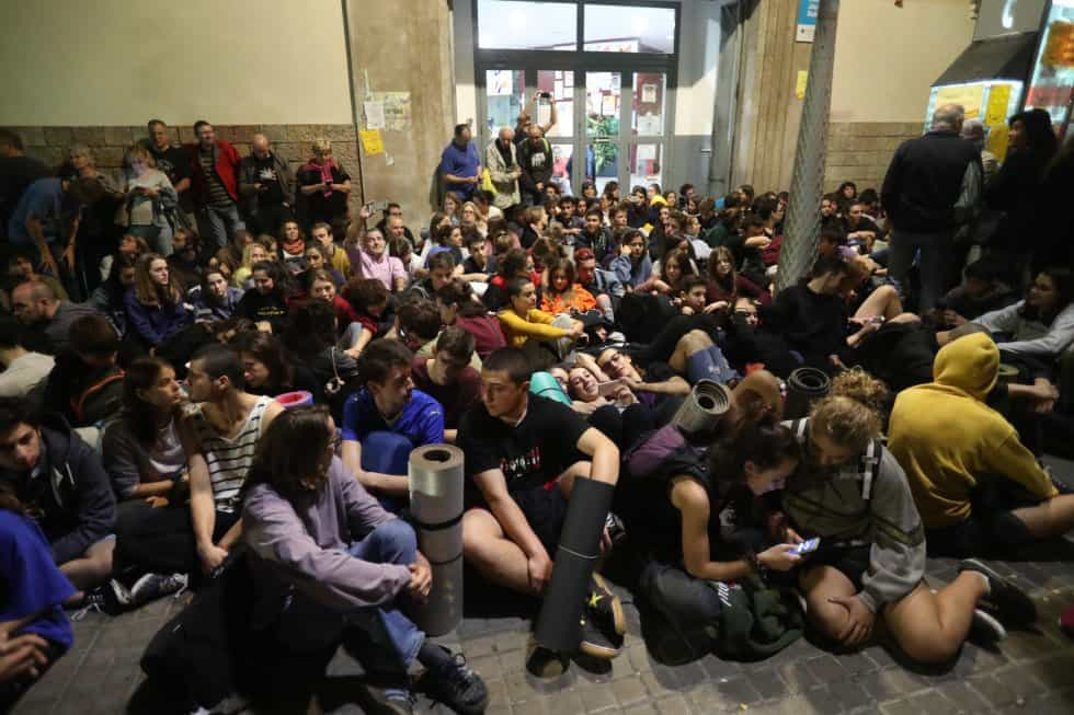 Привържениците на гласуването в Каталуня окупираха още от петък вечерта много училища, в които бе предвидено да се гласува, за да не позволят на силите за сигурност да конфискуват изборните материали. Снимка: El Pais