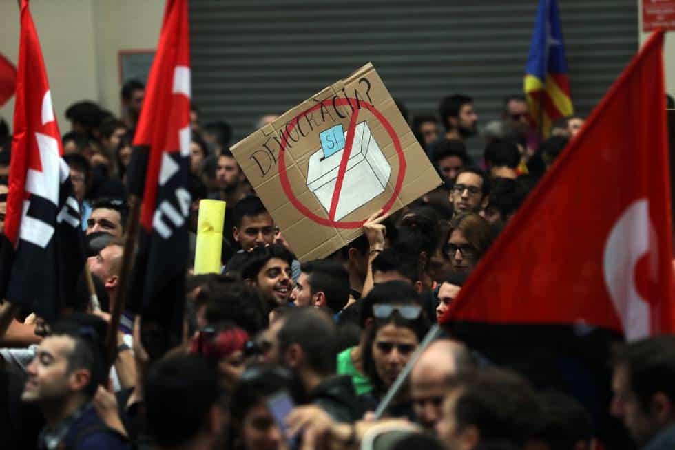 Протест пред централата в Барселона на управляващата в Мадрид Народна партия. Снимка: El Pais