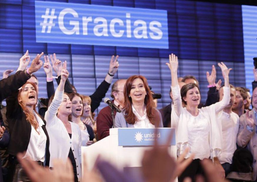 Кристина Фернандес (зад трибуната) смята, че се е представила успешно с новата си формация Unidad Ciudadana и се готви да заеме спечеленото си на този вот сенаторско място. Снимка: Resumen Latinoamericano