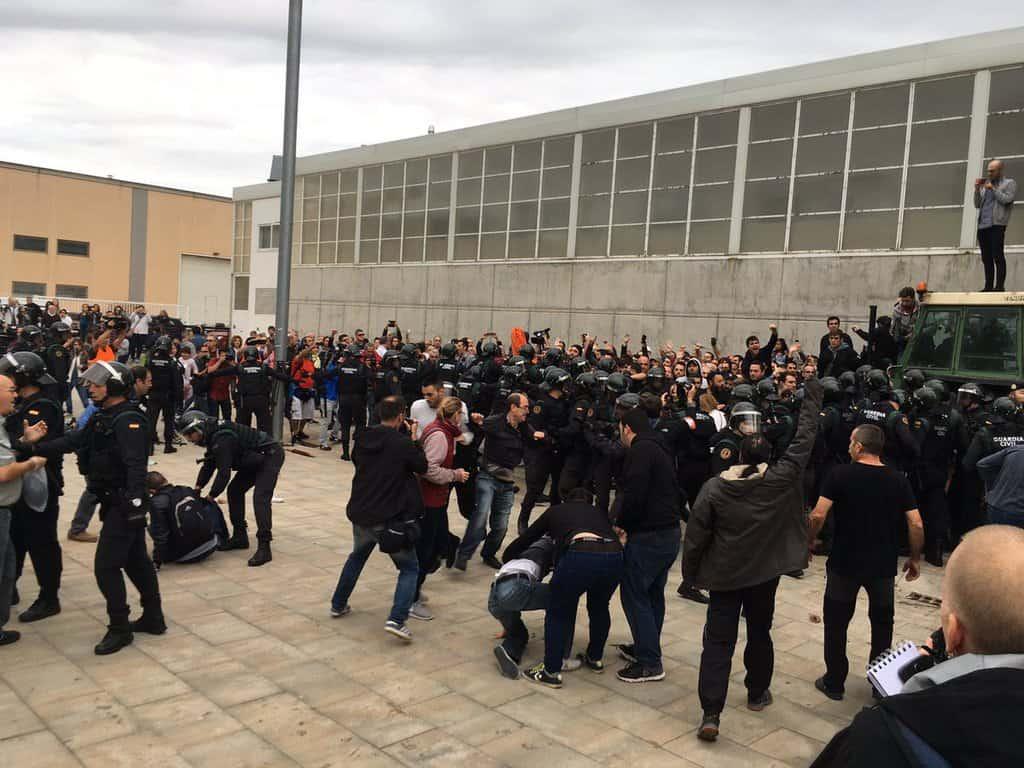 Една от първите изборни секции, които атакуваха полицаите, бе спортният център, в който се очакваше да гласува каталунският премиер Карлес Пучдемон. В крайна сметка той гласува другаде. Снимка: Туитър
