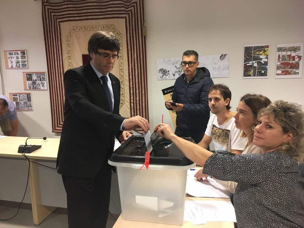 Гласува каталунският премиер Карлес Пучдемон. Снимка: Туитър
