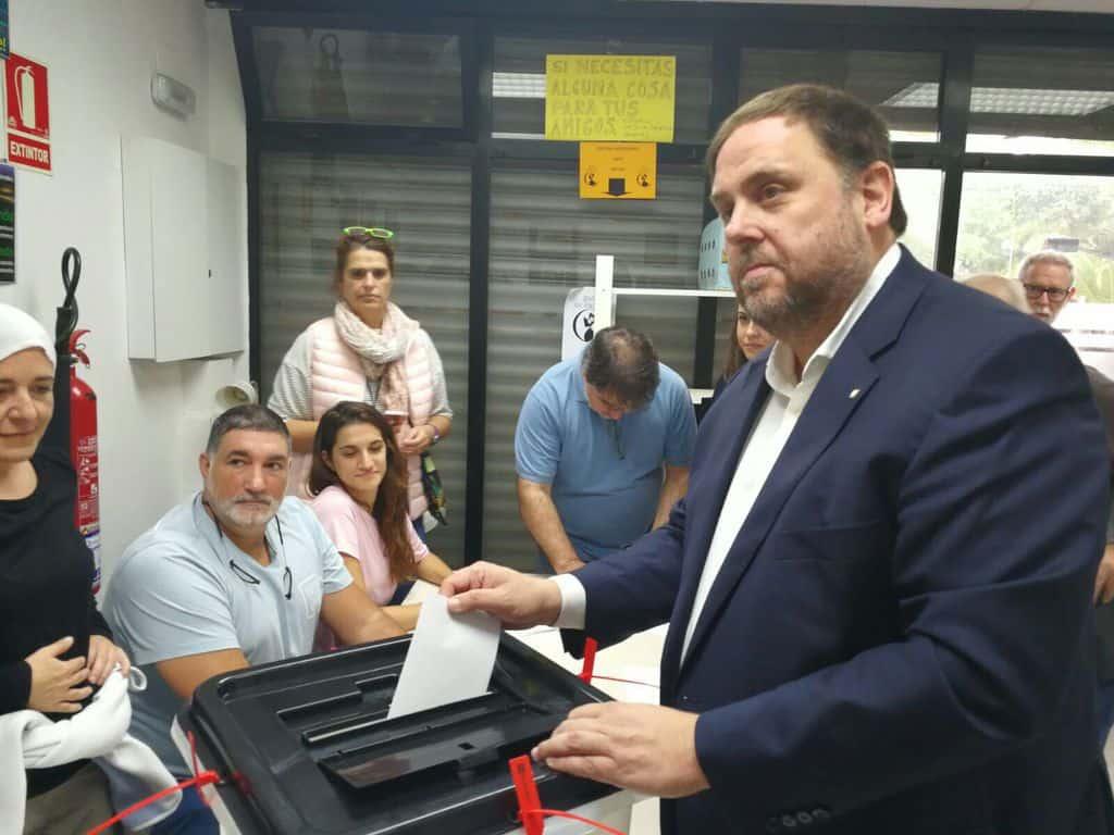 Каталунският вицепремиер Орол Жункерас също пусна бюлетина. Снимка: Туитър