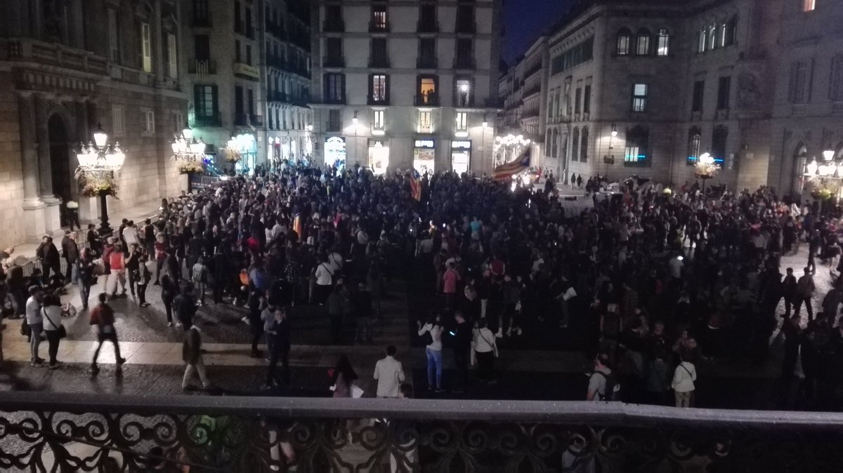 Сепаратистката организация Комитети за защита на републиката в момента събира демонстранти пред централата на автономната власт в Барселона. Снимка: Туитър