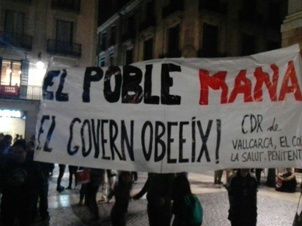 """""""Народът нарежда, правителството изпълнява""""–това пише на един от плакатите, издигнати сега от Комитетите за защита на републиката под прозорците на автономното каталунско правителство, събрано в момента от премиера Карлес Пучдемон на извънредно заседание. Снимка: Туитър"""