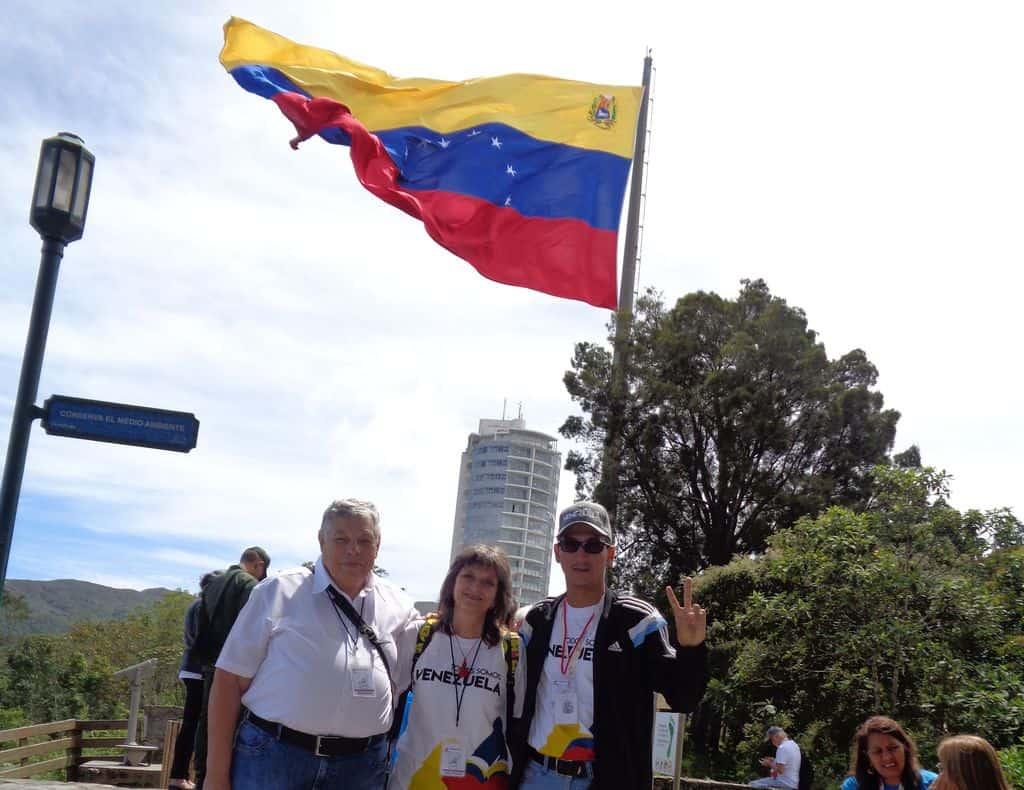 Луис Гаронтон от делтата на Ориноко (вдясно) зъедно с българските представители Виктор Простов и Къдринка Къдринова на планината Уарайра Репано до Каракас. Снимка: Хосе Маурера