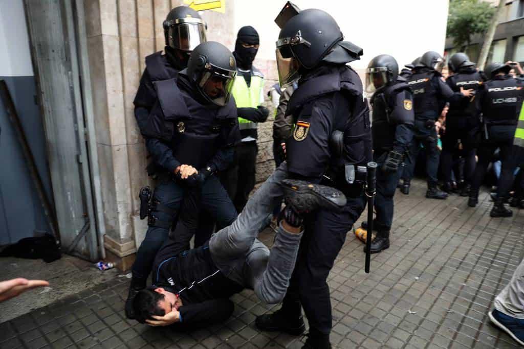 Младите хора от мирните блокади бяха третирани без никаква пощада. Снимка: El Pais