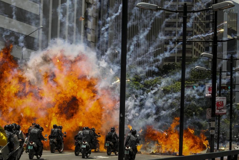 Бомба, метната от протестиращи, се взривява сред полицейска мотоколона в Каракас през юли т.г. Снимка: El Pais