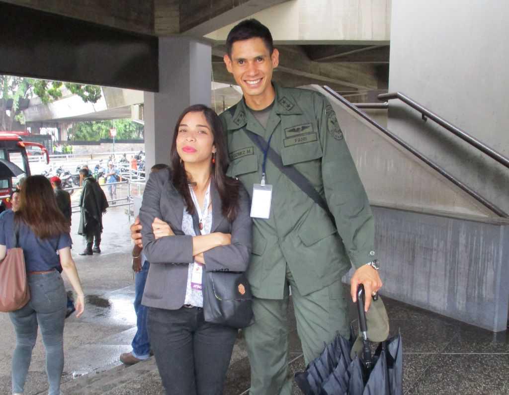 """Военният придружител на една от другите чужди делегации бе сред многобройните ухажори на """"нашата"""" Дубраска. Снимка: Къдринка Къдринова"""