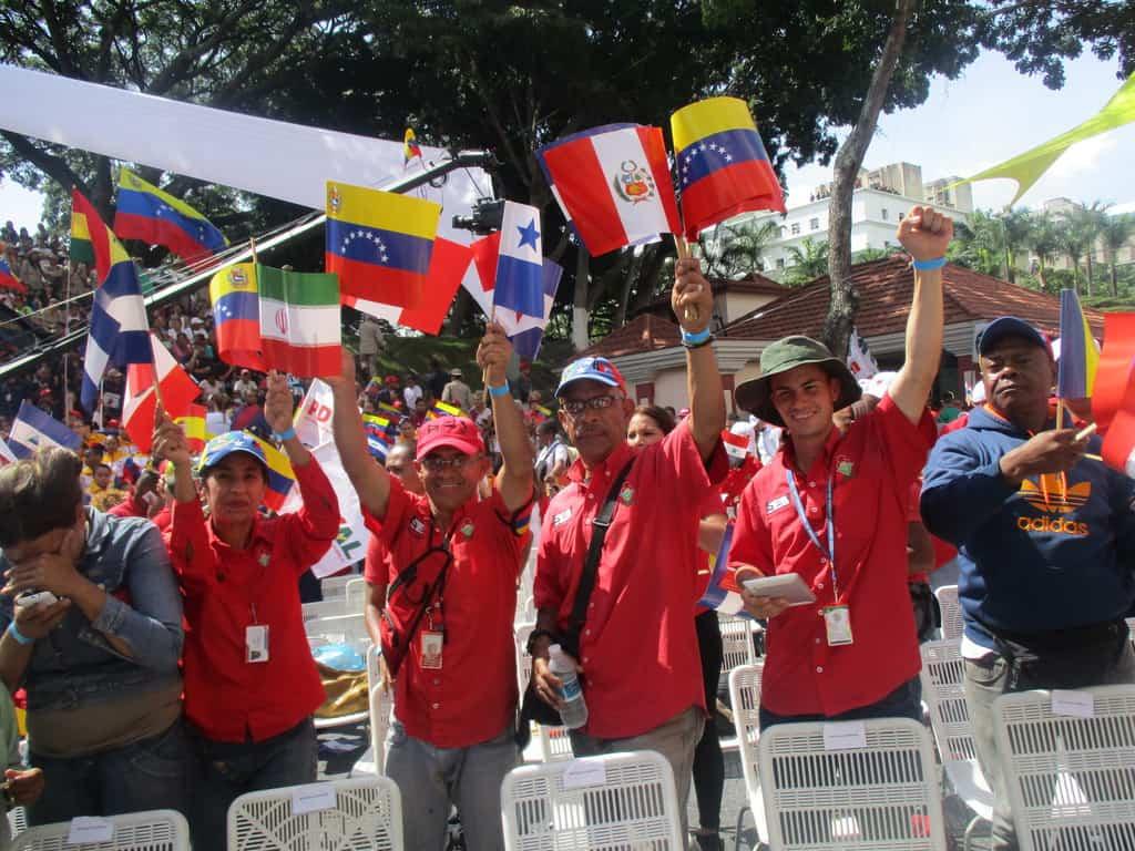 """Революционен поздрав от митинга край президентския дворец """"Мирафлорес"""". Снимка: Къдринка Къдринова"""