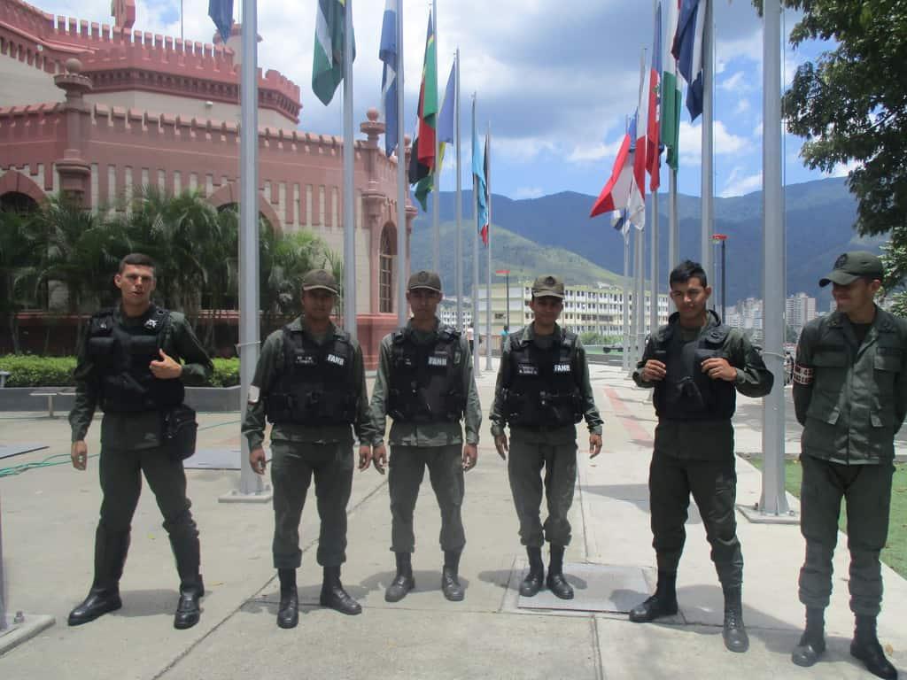 Млади бойци от Боливарските национални въоръжени сили край сградата на бившия Военен музей, в който днес почива Уго Чавес. Снимка: Къдринка Къдринова