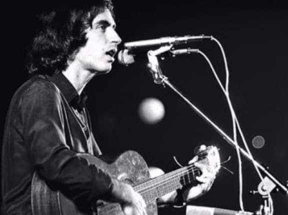 Младият Люис Ляк изпълнява L'Estaca на историческия си концерт през 1976 г. Снимка: Youtube