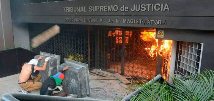 """""""Мирни"""" демонстранти през май атакуваха и подпалиха дори централата на Върховния съд в Каракас. Снимка: Resumen Latinoamericano"""