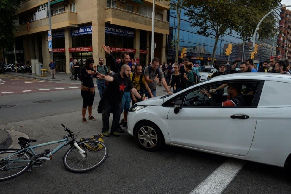 """Протестиращи спират колите да преминават по """"Гран Виа"""" в Барселона. Снимка: El Pais"""