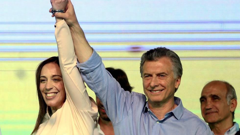 След оповестяване на победата на Cambiemos в Буенос Айрес президентът Маурисио Макри вдигна нагоре ръката на същинската побeдителка в тази надпревара–губернаторката на Буенос Айрес Мария Еухения Видал. Снимка: La Nacion