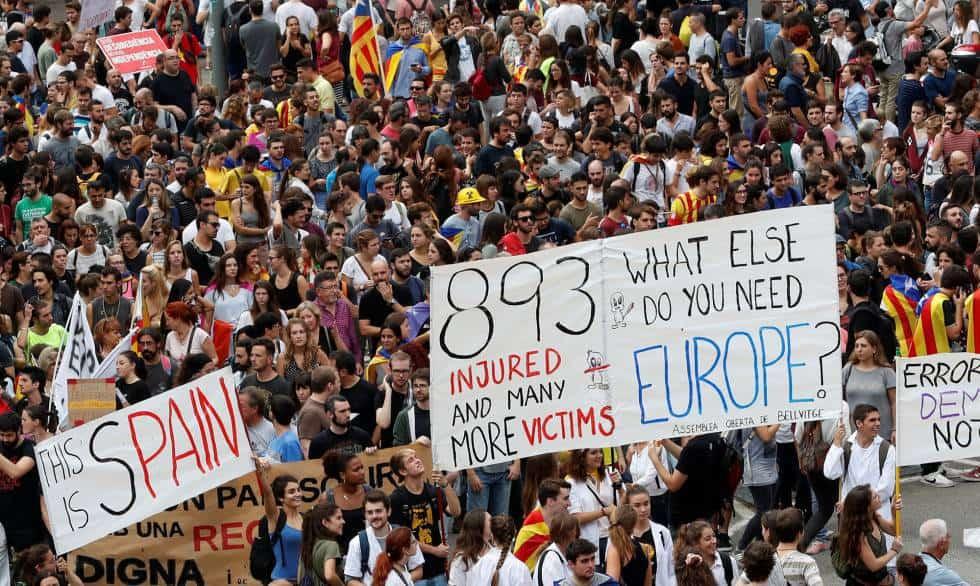 Участници в шествията носеха и плакати, насочени към Европа. Снимка: El Pais